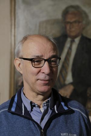 Foto A.S.M. Patelski, met op de achtergrond portret Drs. E.M.A.H. Delhougne.Foto Rudy Zijlstra Roermond  2016